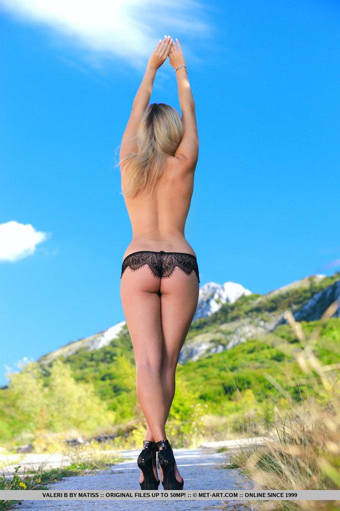 Um novo modelo empolgante faz uma estréia impressionante enquanto Valeri posa com entusiasmo na frente da câmera para exibir seu corpo lindo.