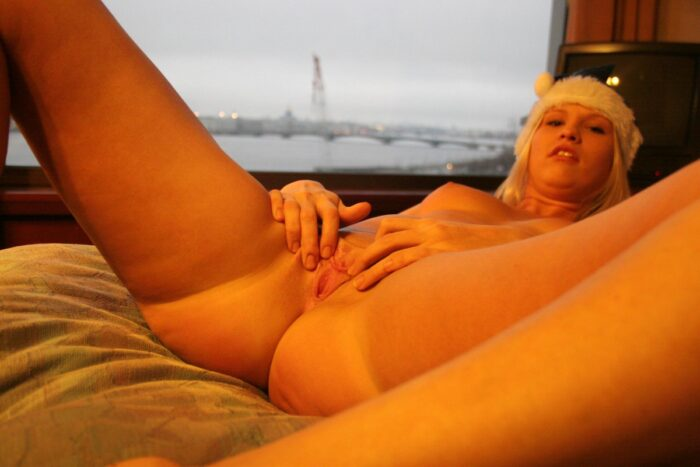 Luba loira tocando a buceta no peitoril da janela