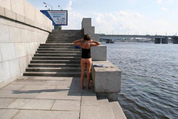 Menina Anna S se despindo em um aterro no centro da cidade