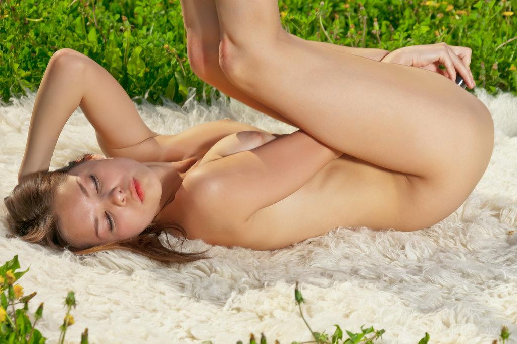 Em meio a um campo exuberante de grama verde e flores delicadas, Nastya se deita sobre um tapete peludo e abre as pernas. Ela chupa seu vibrador cromado antes de deslizá-lo por sua boceta rosa e apertada.