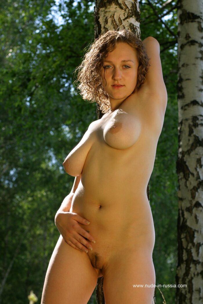Sasha P russa cacheada com seios caídos na floresta