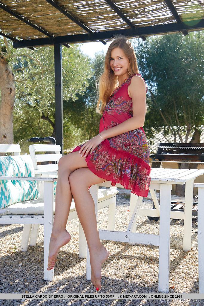 Stella Cardo parece fresca e charmosa em seu vestido vermelho fluido. Ela o tira e expõe seus grandes melões saborosos em um dia ensolarado.