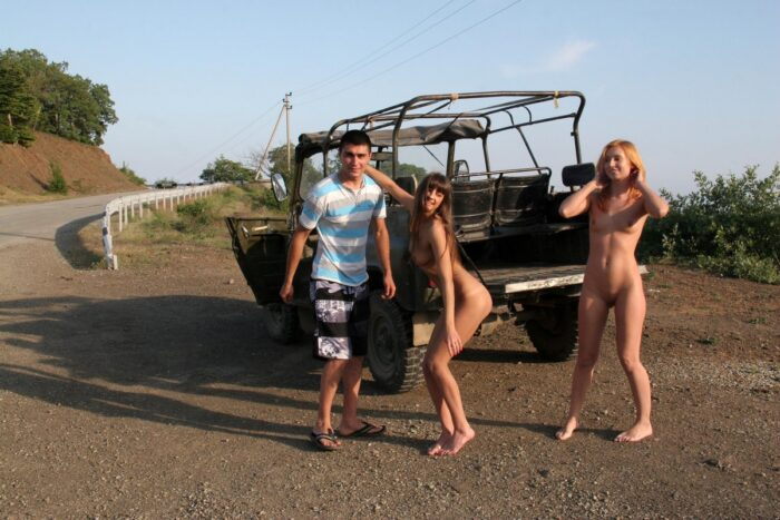 Duas garotas nuas Margarita S e Masha E posando em um jipe russo em movimento