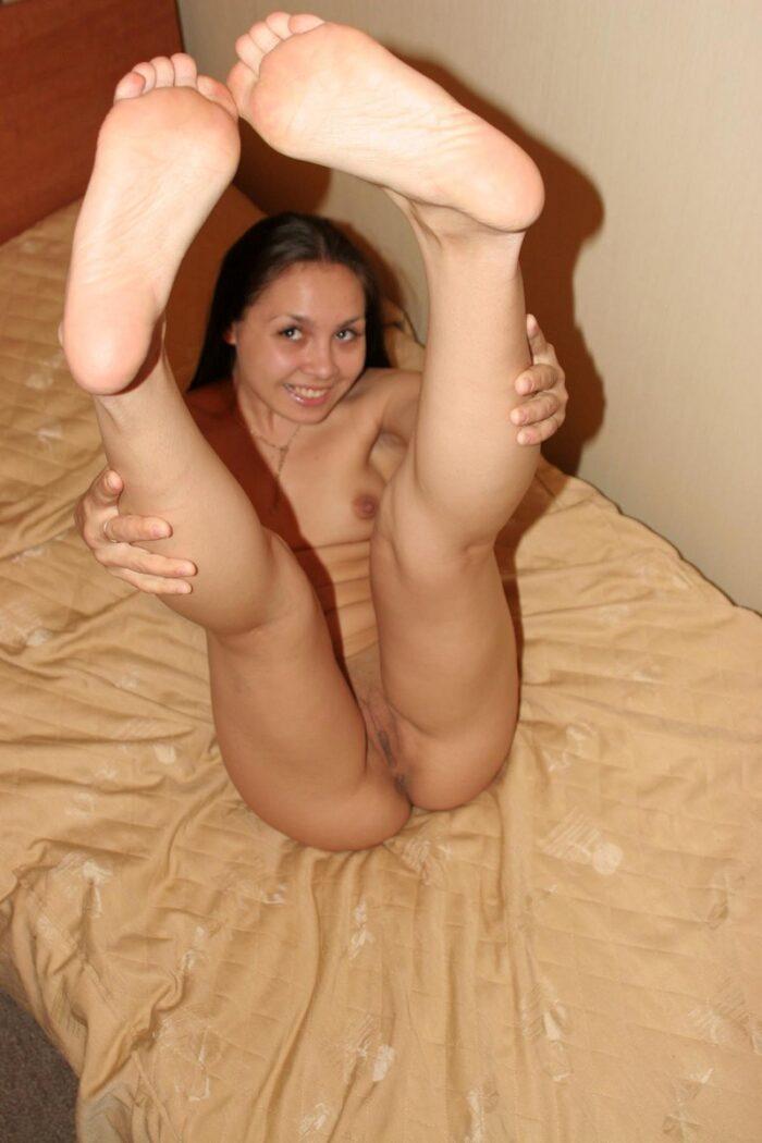 A morena sorridente Polina toca a bucetinha molhada na cama