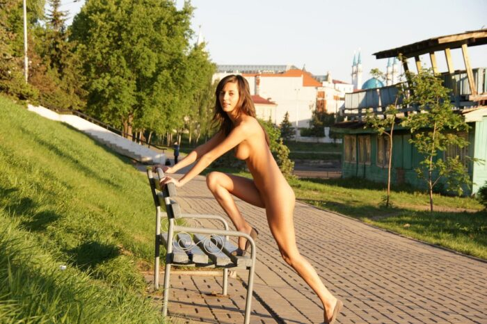 Doce garota russa Irina K com corpo esportivo no parque da cidade