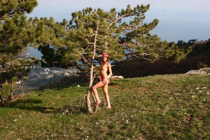 A adolescente Calla A abre as pernas no topo da colina