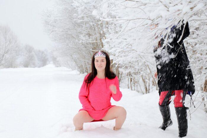 A morena russa Alena M na estrada de neve