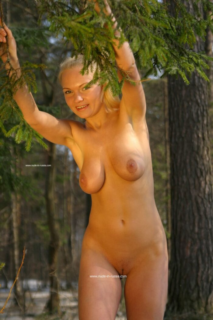 Loira adolescente Anna N posando na floresta de inverno