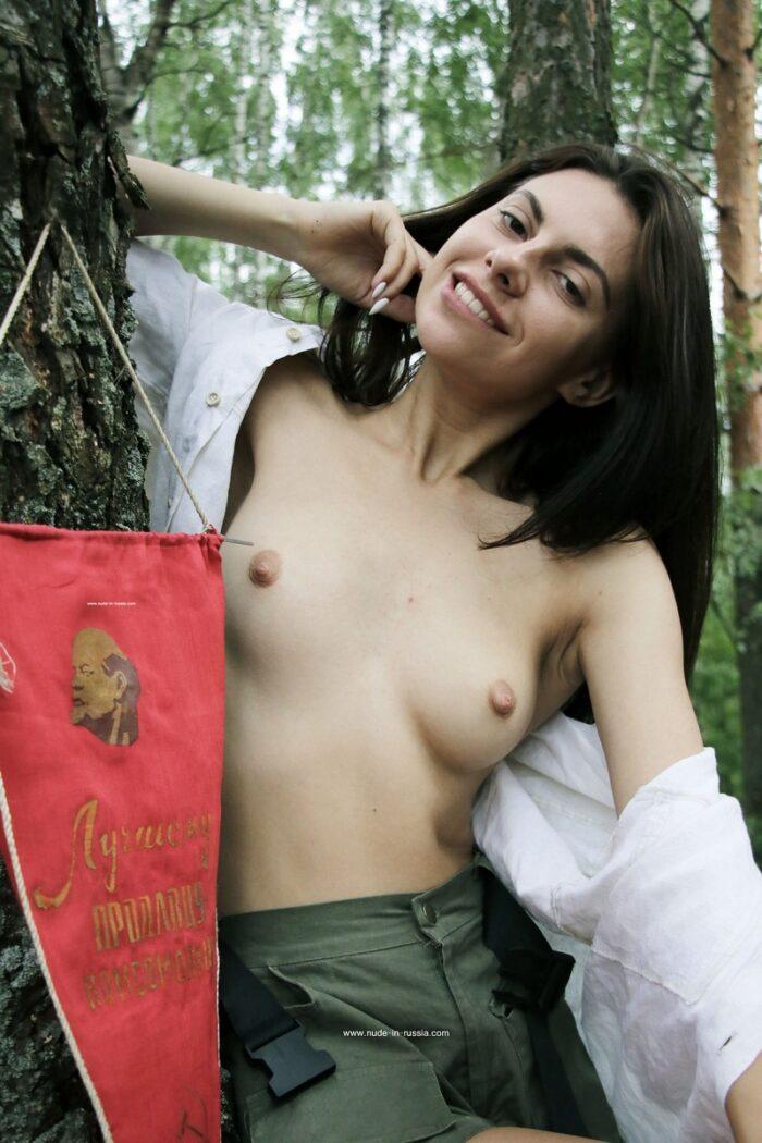 A morena muito gostosa Dayana com corpo lindo posando na floresta