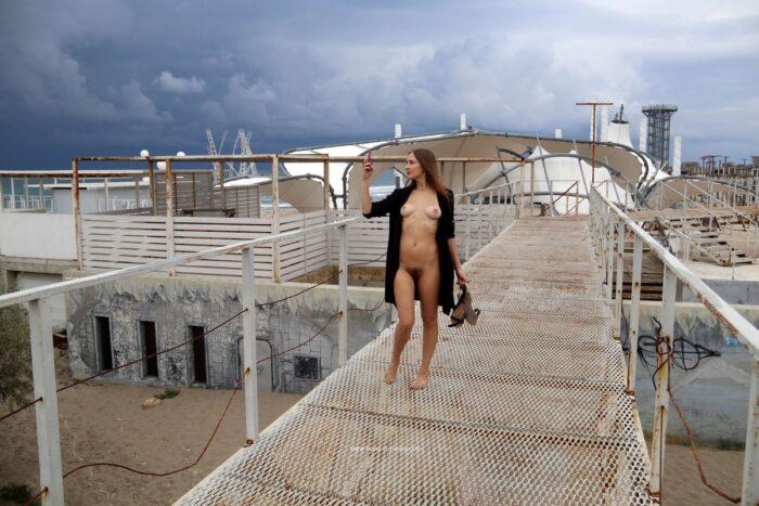 A linda garota russa Valentina K com corpo esportivo e buceta peluda em uma praia abandonada