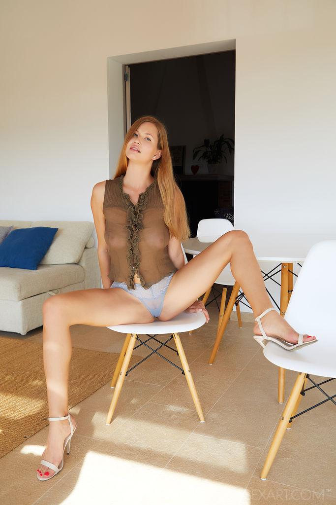A gata peituda Stella Cardo abre suas pernas longas e sensuais na cadeira enquanto mergulha os dedos em sua doce boceta.