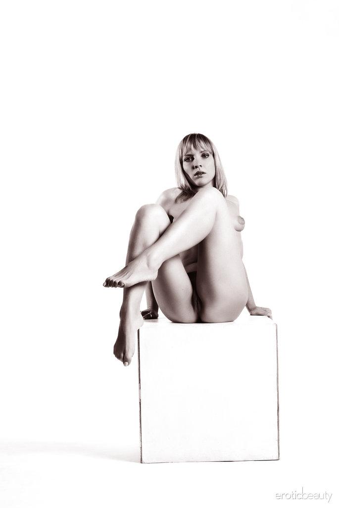 Mesmo as poses mais simples e explícitas podem despertar desejos eróticos mesmo em fotos em preto e branco, como comprovado pela atraente Victoria.