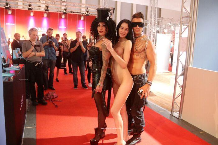 A morena gostosa Nastia B posando com estranhos em show de sexo público