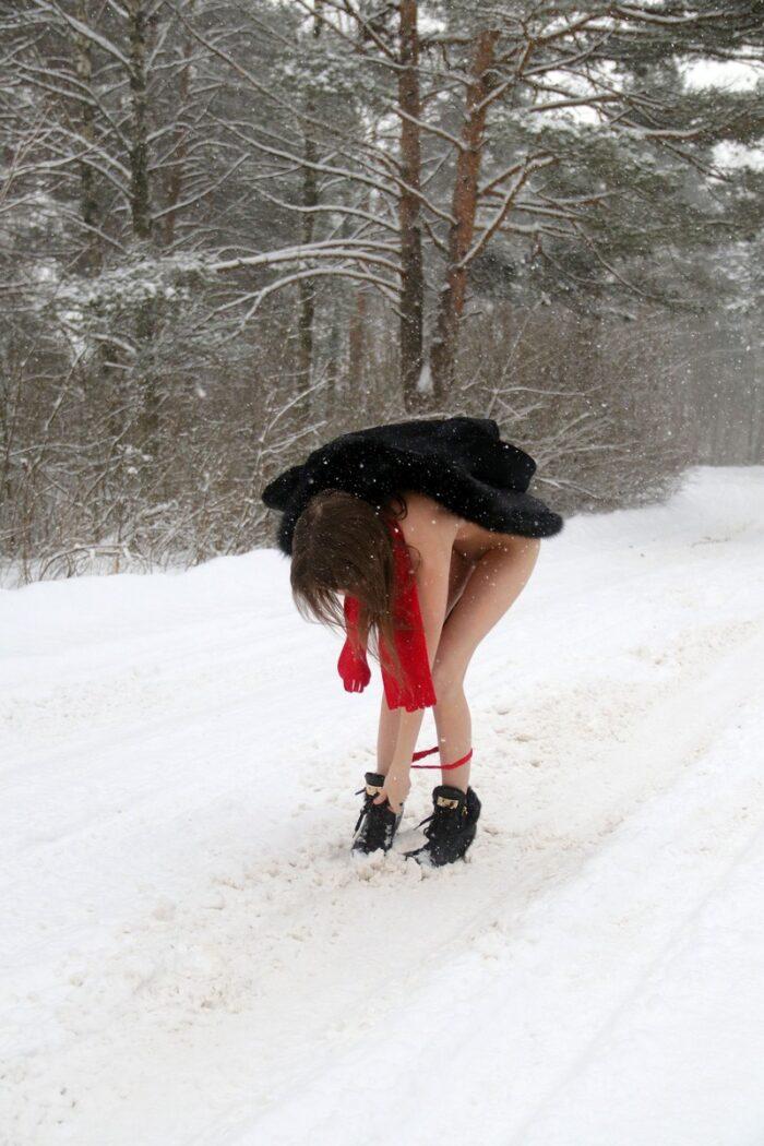 Gata magrinha gostosa Katrin brincando com uma neve