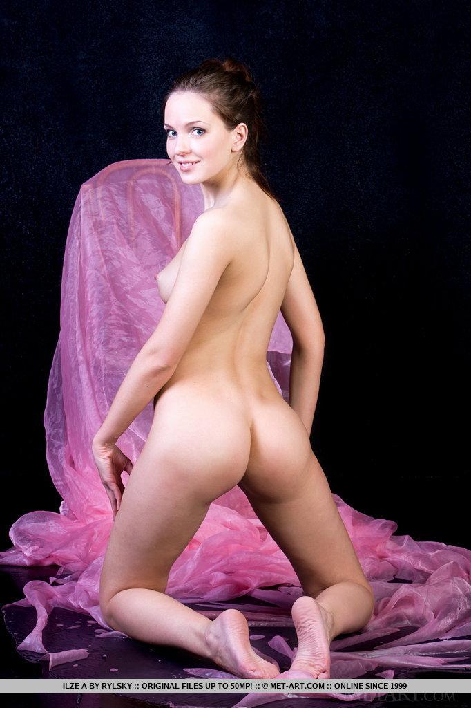 Em sua lingerie roxa transparente, uma linda querida chamada Ilze exibe seu corpo pequeno com seios perfeitamente redondos e empinados, bumbum fofo e buceta doce e úmida.