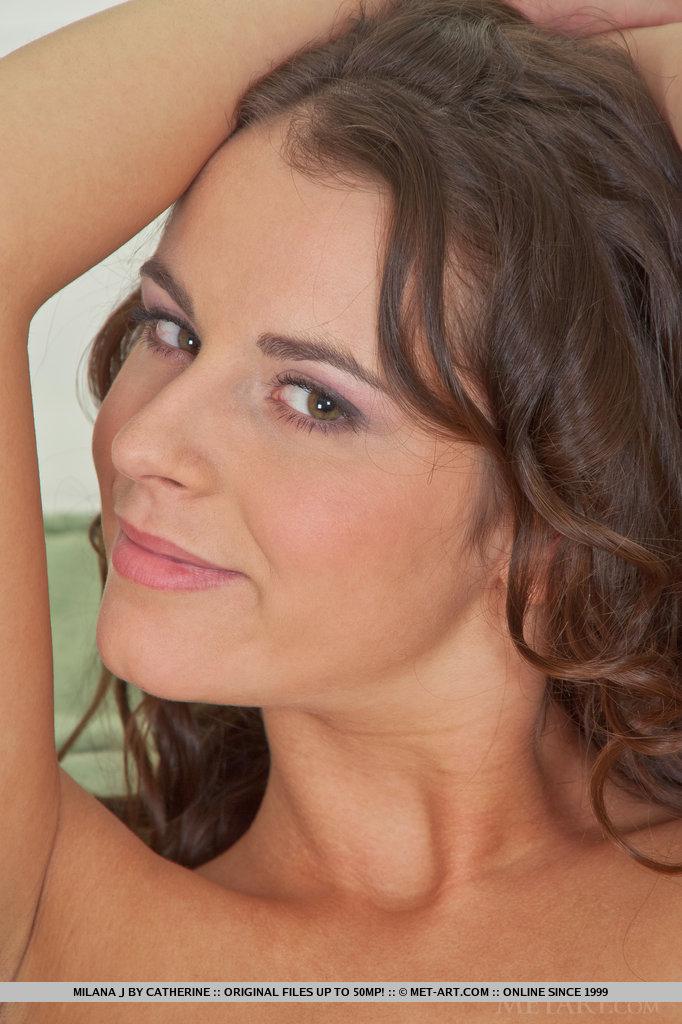 Milana mostra seu corpo enrugado e bronzeado com poses flexíveis e bem abertas.