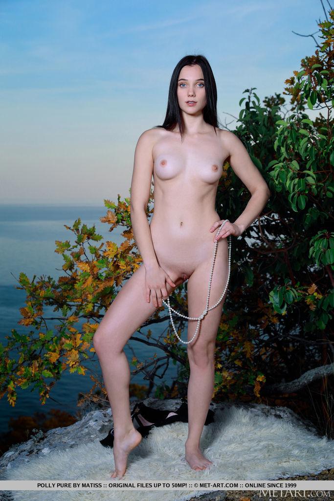 Polly Pure seduz e provoca em sua lingerie sexy preta e longo colar de pérolas. Ela escorregou para fora e descobriu seu físico esguio e perfeito e o clitóris raspado.