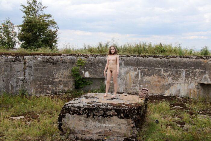 A adolescente russa Tatjana N mostra sua buceta peluda em local público