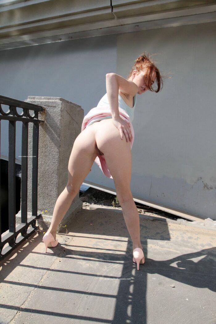 A gata sorridente Masha tira a calcinha rosa para mostrar sua buceta raspada nas ruas