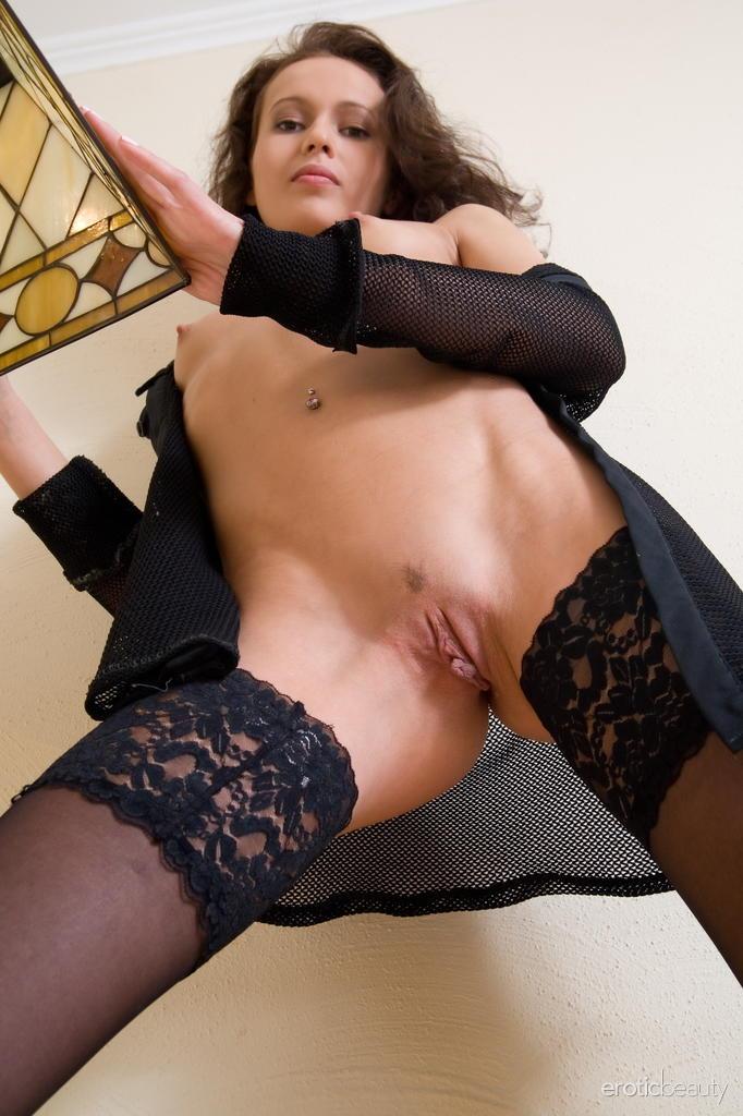 Sveta posa no sofá com sua lingerie sedutora, meias pretas rendadas, corpo incrivelmente quente em uma variedade de poses excitantes.