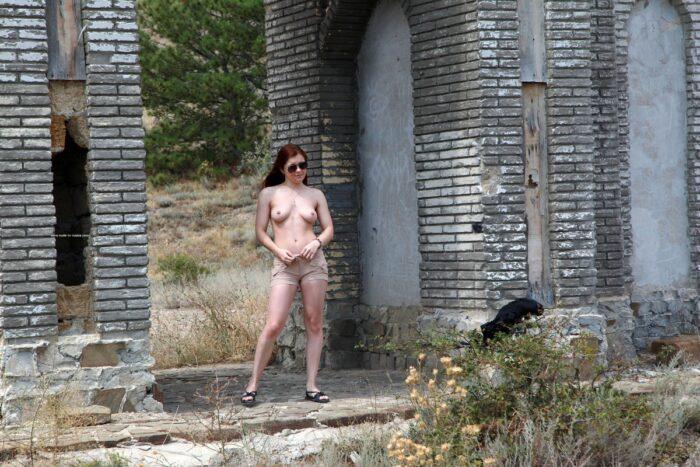 A jovem russa Renara enfia um vibrador perto de estranhos