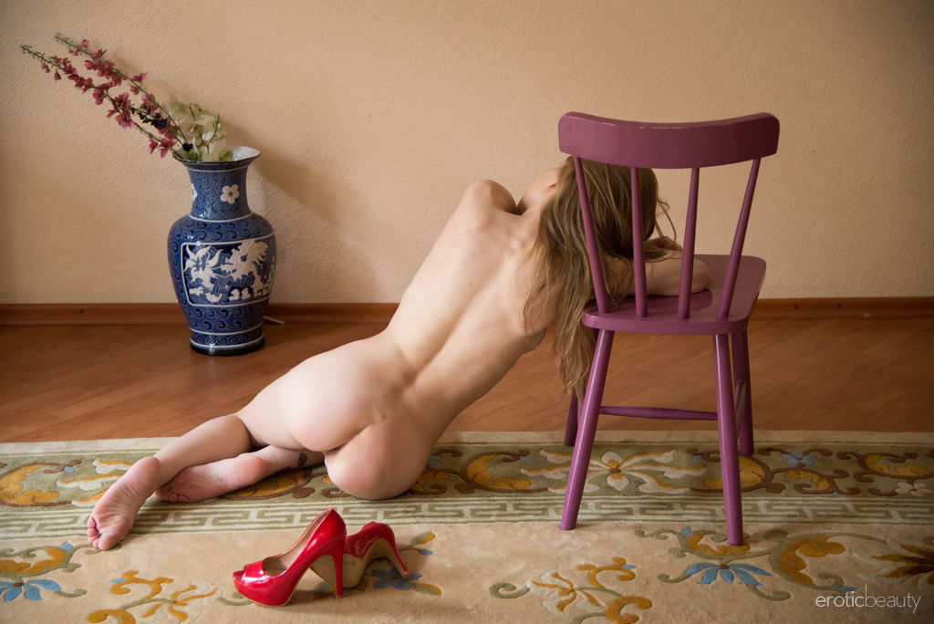 Eva Gold está deslumbrante em seu conjunto vermelho ainda mais quando ela levanta o vestido e descobre seu corpo esguio e despojado.