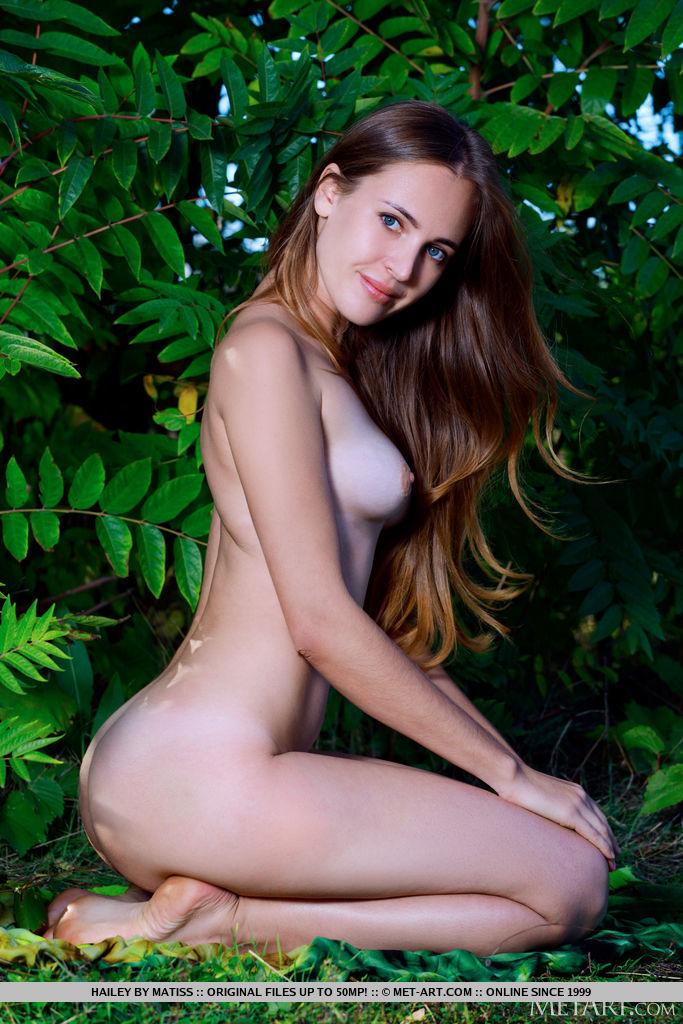 Hailey está sendo uma com a natureza em seu traje sexy. Ela o tira e descobre sua figura esguia e comprida e seu regalo bem cuidado.