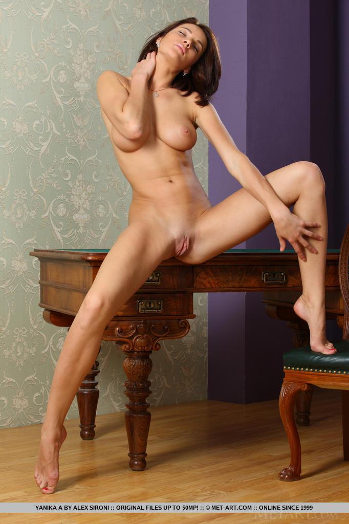 Yanika revela seu físico incrível com seios fofos lindos, quadris extensos, uma bunda incrivelmente rechonchuda e um fascínio irresistível enquanto se despe e posa em cima da mesa.