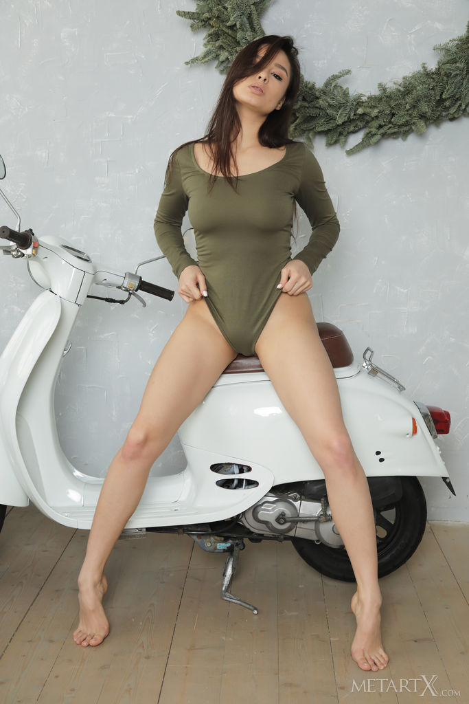Astrid Herrara tira sedutoramente seu macacão da scooter e começa a tocar sua figura estúpida e sua boceta sem pelos.
