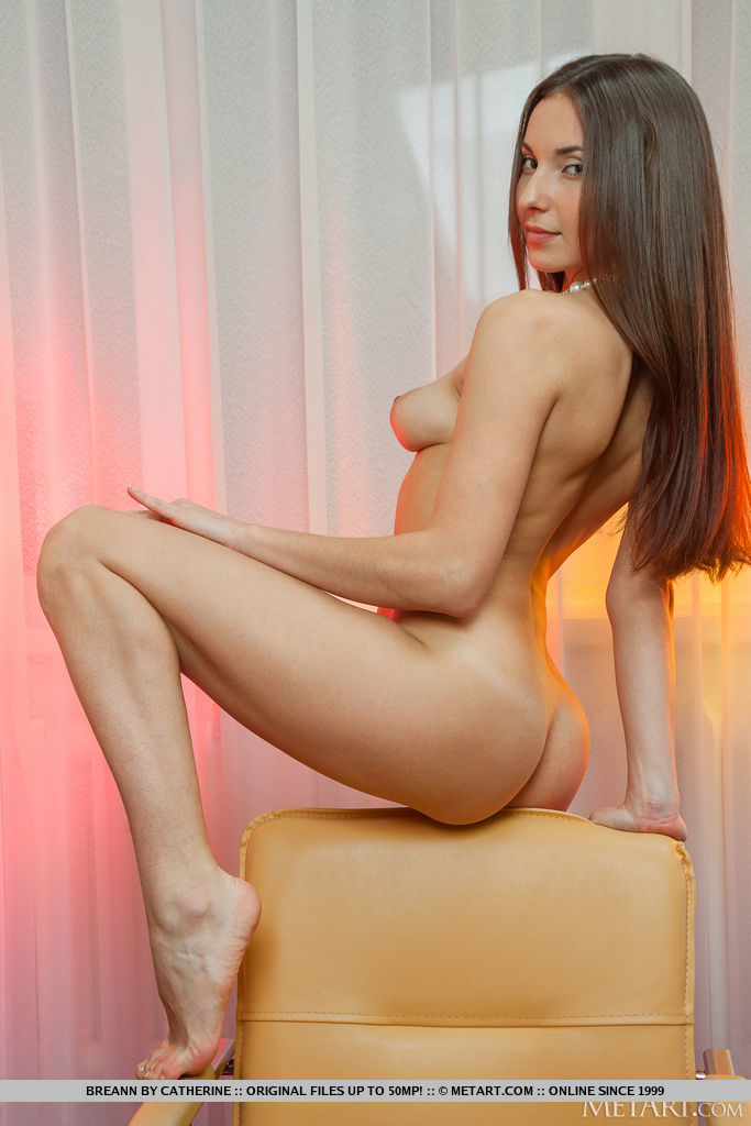 Breann mostra seu abdômen de ajuste requintado e punani suave em seu deslumbrante terno de aniversário enquanto ela pendura suas pernas sensuais no braço da cadeira de couro.