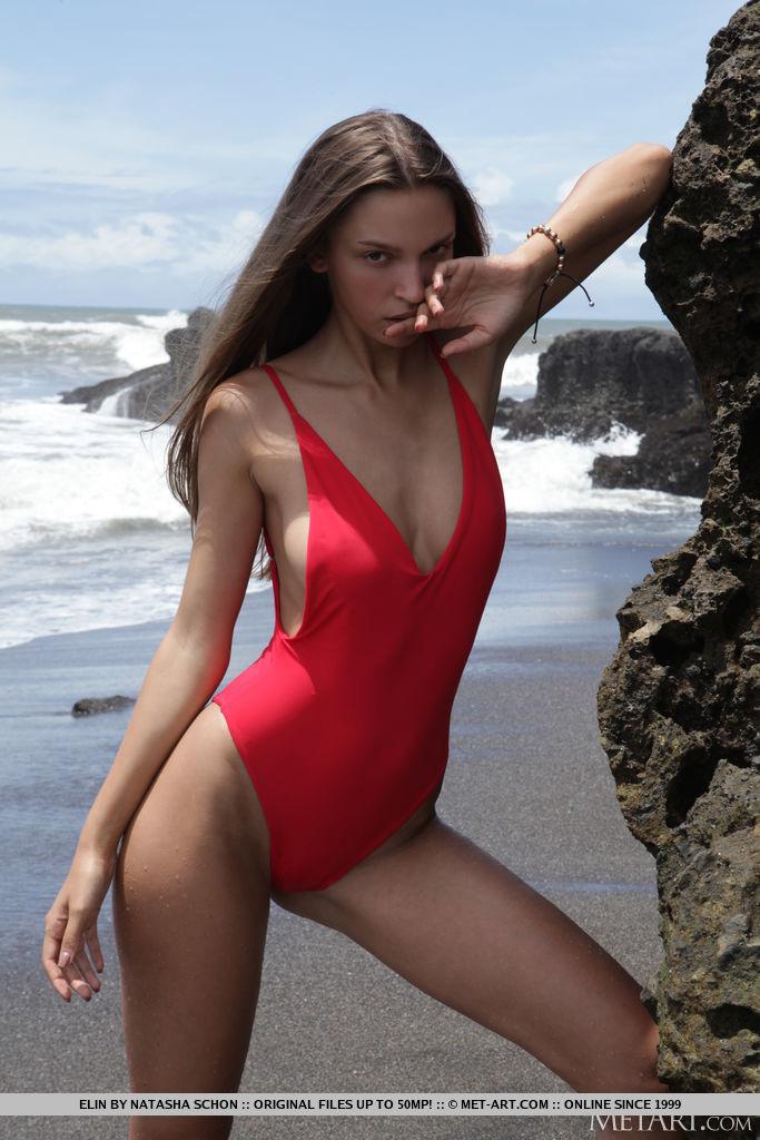 Elin se parece com uma deusa Baywatch em seu maiô sexy de uma peça vermelha que eventualmente foi tirado de seu corpo esguio e descobriu seus melões suculentos e pele lindamente beijada pelo sol.