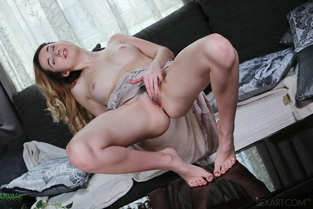 Margaret Clay abre as pernas na cama, enquanto mergulha os dedos em sua boceta rosa e deliciosa.