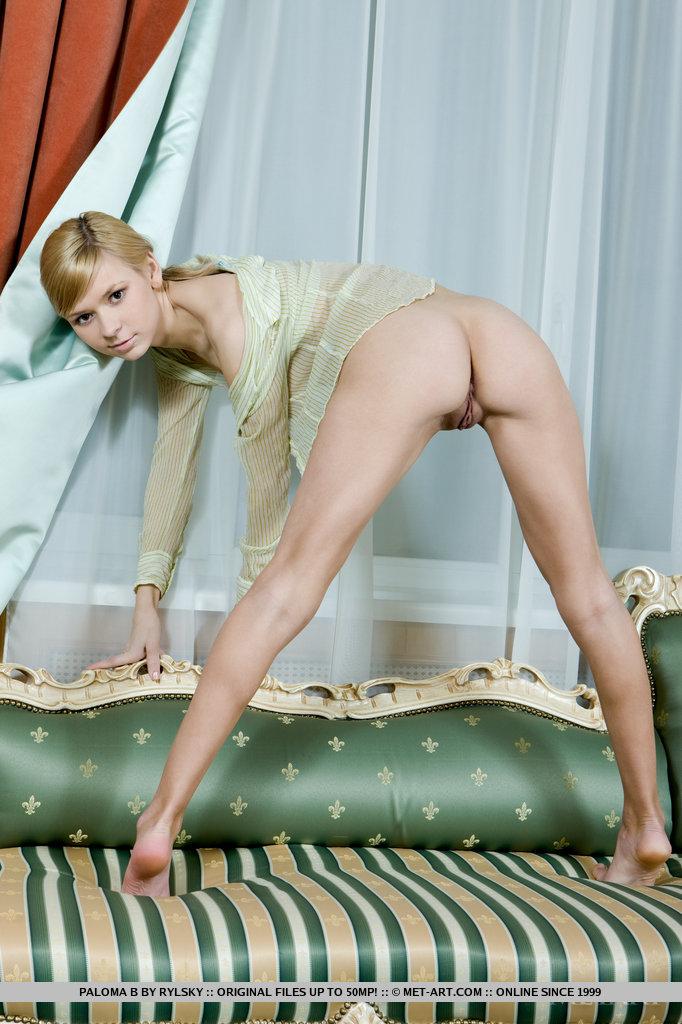 Paloma B mostra suas lindas cortinas de carne e peitos