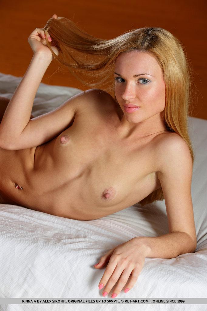 Sedutora, apelo feminino com corpo esguio e esguio com mamilos empinados e pés sensuais, Rinna oferece muito para fantasiar para sua série.