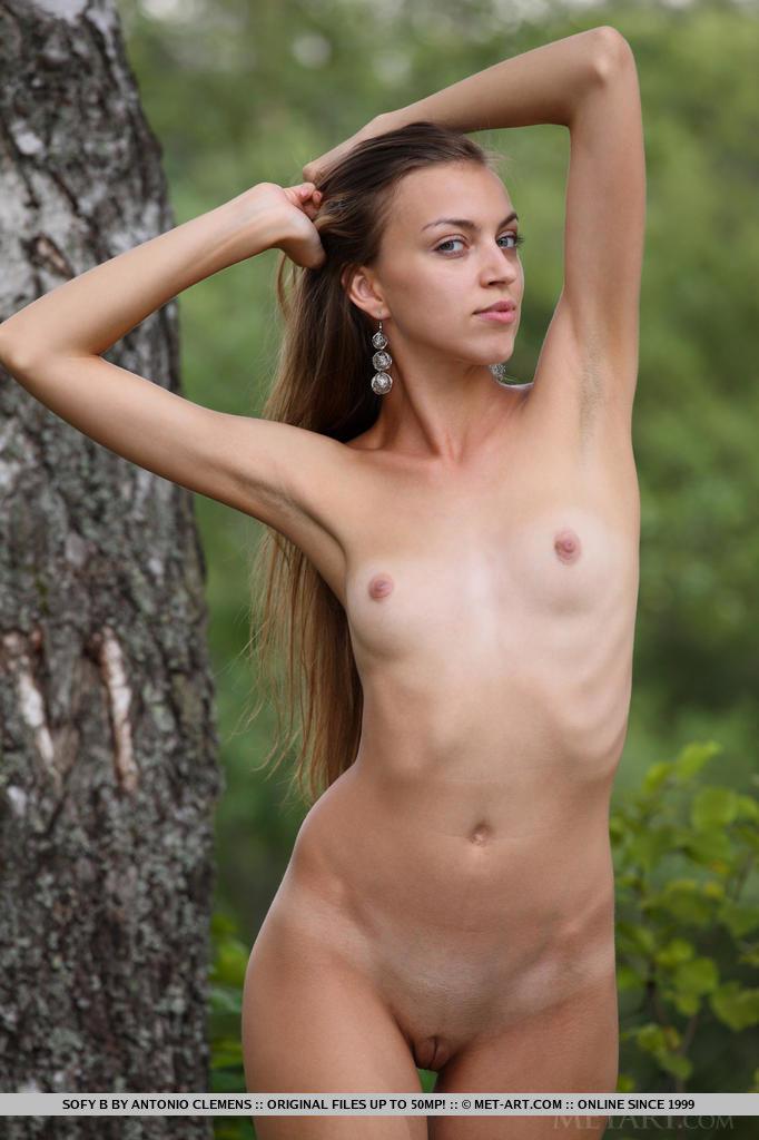 Sofy é abençoada com um corpo núbil, graças a suas pernas longas e magras e um charme jovem enquanto ela despoja e exibe seu físico imponente ao ar livre.