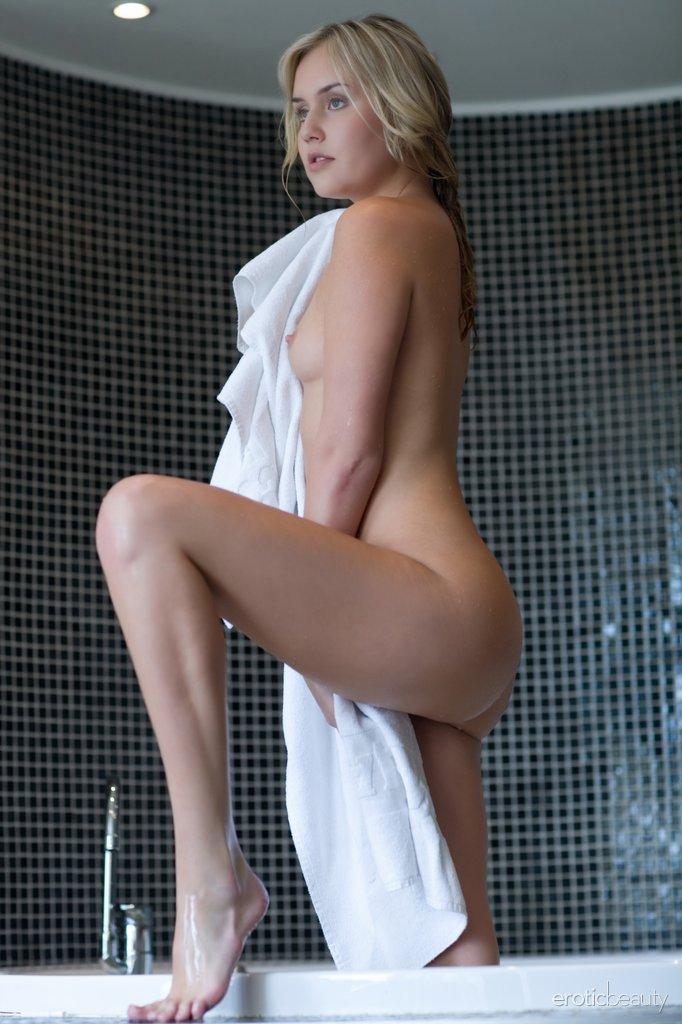 Bem-vindo a linda Monique B ao Erotic Beauty! A série de estreia dela agora está disponível para o seu prazer visual, então mostre um pouco de amor.