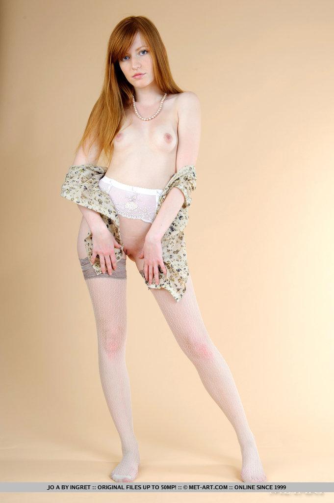O corpo macio e flexível de Jo está em exibição com poses sutilmente eróticas e um olhar sensual em seu rosto bonito.