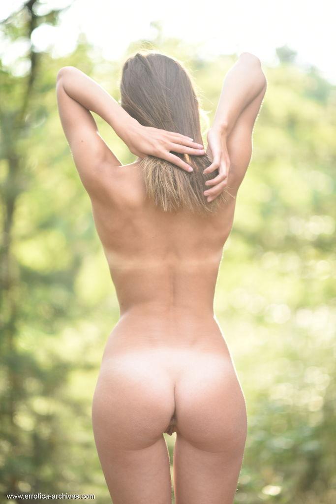 Maxa despoja suas roupas de maneira sedutora no meio da floresta e descobre suas linhas de bronzeado sexy do biquíni e seu físico esplendoroso.