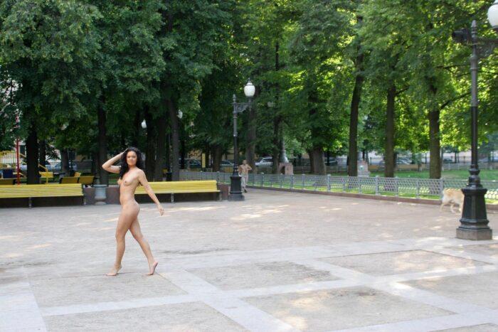 Linda garota russa Xenia W posando nua no parque da cidade