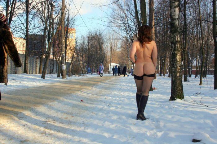 A garota russa Irina L mostra sua bunda grande e redonda no parque de inverno