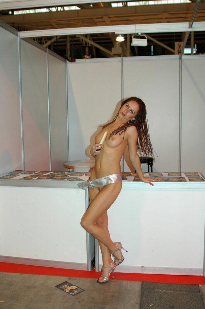 A ruiva russa Svetlana S posa com um vibrador na frente dos visitantes