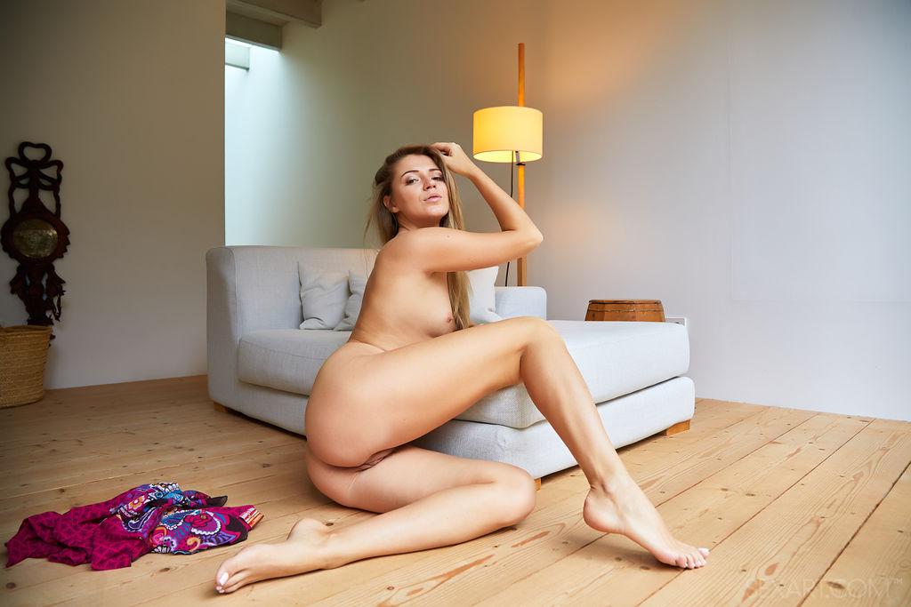 A linda morena Kalisy se espalha pelo chão enquanto puxa sua saia sexy, expondo sua boceta luxuriosa e aparada, em seguida, esfrega seu clitóris inchado, levando-se à beira do orgasmo.