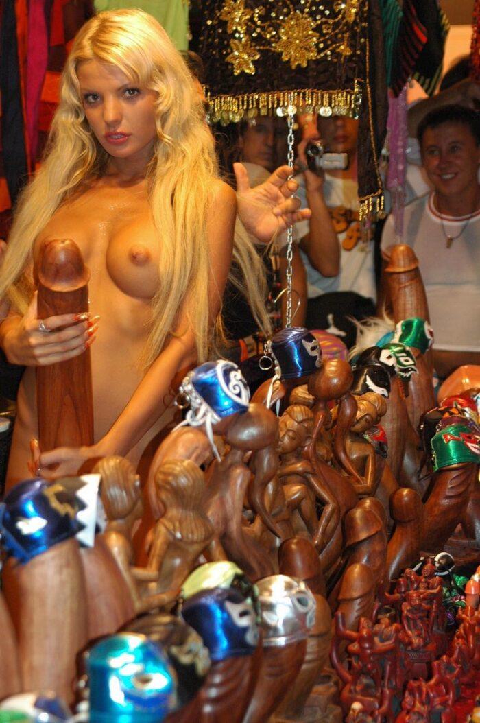 A loira russa Maria Leonova mostra o corpo em sexshop público
