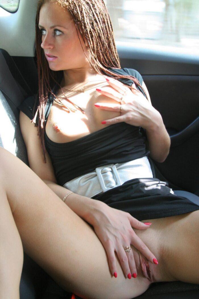 A garota russa Svetlana S mostra de perto sua buceta em um táxi municipal