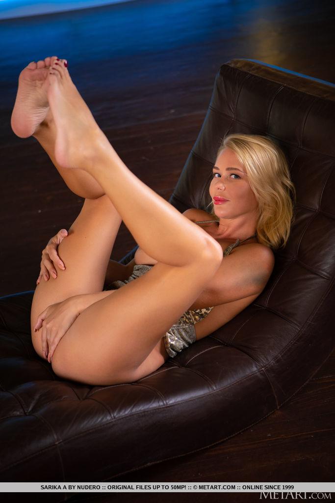 Sarika A seduz e provoca em seu minivestido brilhante com fenda extra alta que mostra suas pernas bronzeadas sexy.