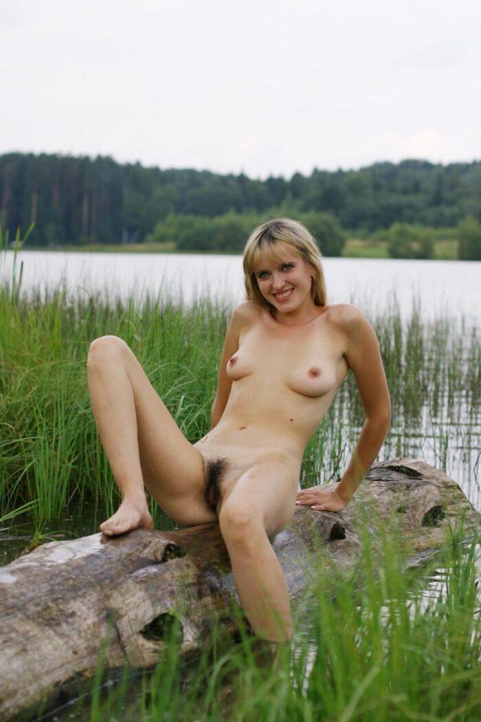 A loira molhada Natalia K posa na árvore soberana no rio