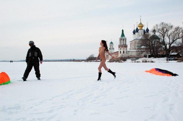 Jovem ruiva Tamara K com boceta não barbeada em um lago congelado